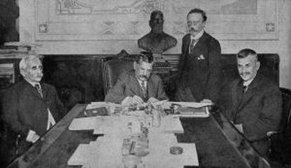 O presidente do Brasil, Venceslau Braz, assina o decreto de declaração de guerra.