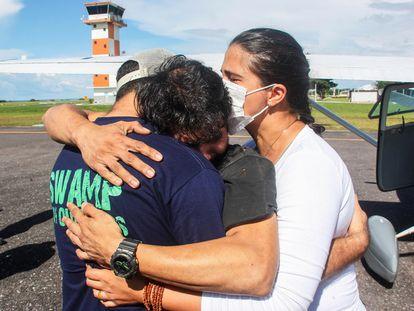 Antonio Sena é recebido por familiares e amigos depois de seu milagroso resgate.