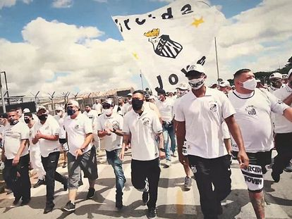 Torcida do Santos faz festa para o time nas ruas.