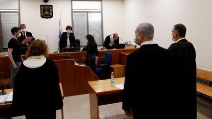 O primeiro-ministro israelense, Benjamin Netanyahu, em uma sala do tribunal distrital de Jerusalém, neste domingo.