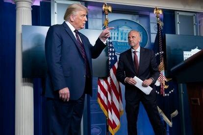 O presidente norte-americano, Donald Trump, com o diretor da FDA, Stephen Hahn, no último domingo, na Casa Blanca.