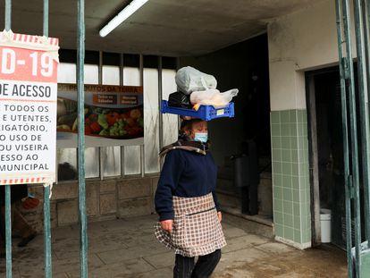 Mulher é retratada na sexta-feira, 5 de fevereiro, na entrada de um mercado municipal na localidade portuguesa de Vila Real.