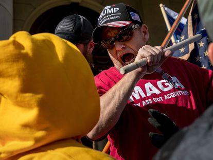 Seguidor de Donald Trump ameaça golpear um manifestante em Michigan, em 7 de novembro.