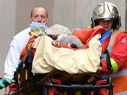 Bombeiros franceses carregam uma das pessoas feridas.