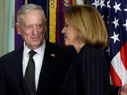 O secretário da Defesa dos EUA, James Mattis, e a ministra María Dolores de Cospedal no Pentágono em 23 de março.