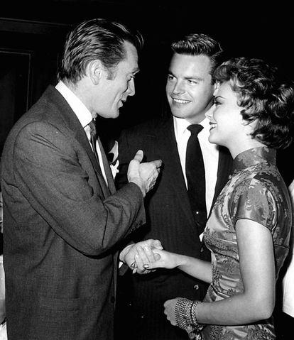 Kirk Douglas com a atriz Natalie Wood e o ator Robert Wagner na década de 50.
