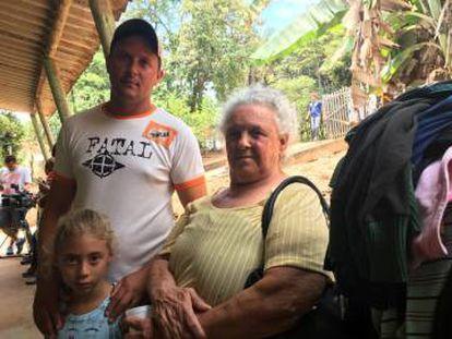 Pedro Rocha, a filha e a sogra ficaram na UBS do bairro Parque das Cachoeiras após serem forçados a saírem de casa.