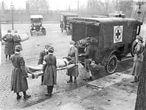 Miembros de la Cruz Roja Americana sacan a las víctimas españolas de influenza de una casa en las avenidas Etzel y Page en 1918. (Foto de archivo de St. Louis Post-Dispatch / Tribune News Service vía Getty Images)