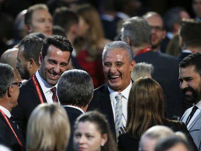 Tite, no centro, sorri depois do sorteio dos grupos da Copa do Mundo.