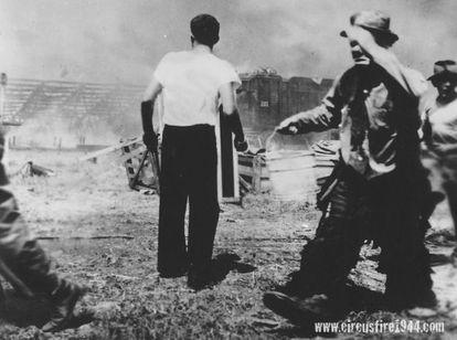 O incêndio do circo Ringling deixou 168 mortos. Na imagem, o palhaço Emmett Kelly carrega um balde de água para apagar o fogo.