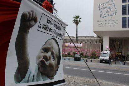 Cartaz contra o aborto com imagem de criança foi colocada em frente ao hospital que atende vítimas de abuso sexual.