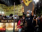 A popcorn street vendor raise up his fist during a protest against police violence after a deadly police operation in Rio de Janeiro's Jacarezinho slum, in Sao Paulo, Brazil May 8, 2021.  REUTERS/Amanda Perobelli