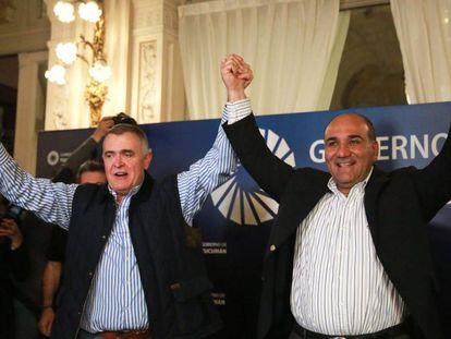 Juan Manzur (direita) comemora com Osvaldo Jaldo sua reeleição como governador da província de Tucumán.