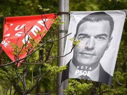 Pôster de campanha do primeiro ministro espanhol e candidato do Partido Socialista (PSOE) Pedro Sanchez.