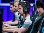 Jugadores profesionales de 'League of Legends' compitiendo en la liga europea profesional.