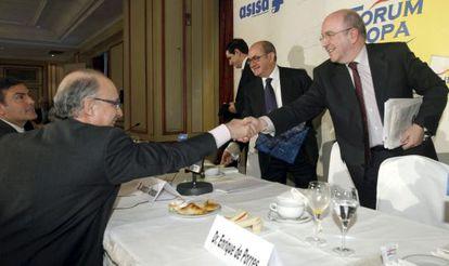 O vice-presidente da Comisión Europea, Joaquín Almunia, à direita, saúda ao ministro de Economía, Cristóbal Montoro