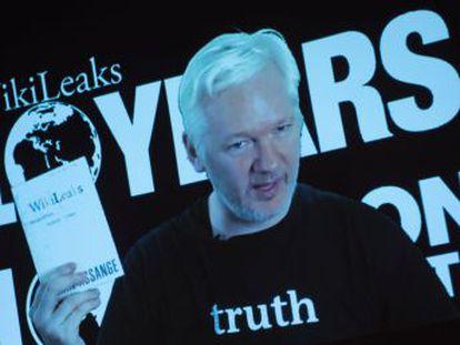 Wikileaks publica emails do chefe da campanha, numa aparente tentativa de prejudicar a democrata