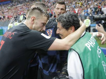 Iván Rakitic (esquerda) se desculpa após chocar-se com o fotógrafo Yuri Cortez (direita) na comemoração do gol de Mario Mandzukic.