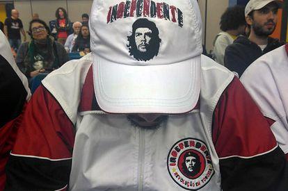 Ala da torcida Independente cultua imagem de Che.