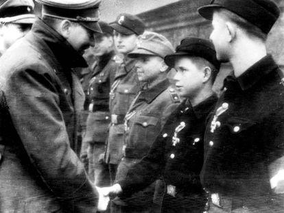 Adolf Hitler cumprimenta crianças-soldado em 19 de março de 1945, na última foto que a AP distribuiu do ditador antes do suicídio deste algumas semanas mais tarde.