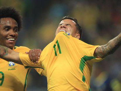 Philippe Coutinho comemora o segundo gol do Brasil.