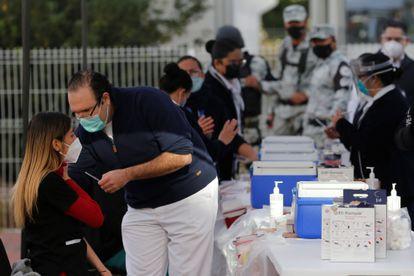 Profissionais sanitários recebem a dose da vacina contra a covid-19 no Hospital Geral na cidade de Guadalajara, no Estado mexicano de Jalisco, em 14 de janeiro.
