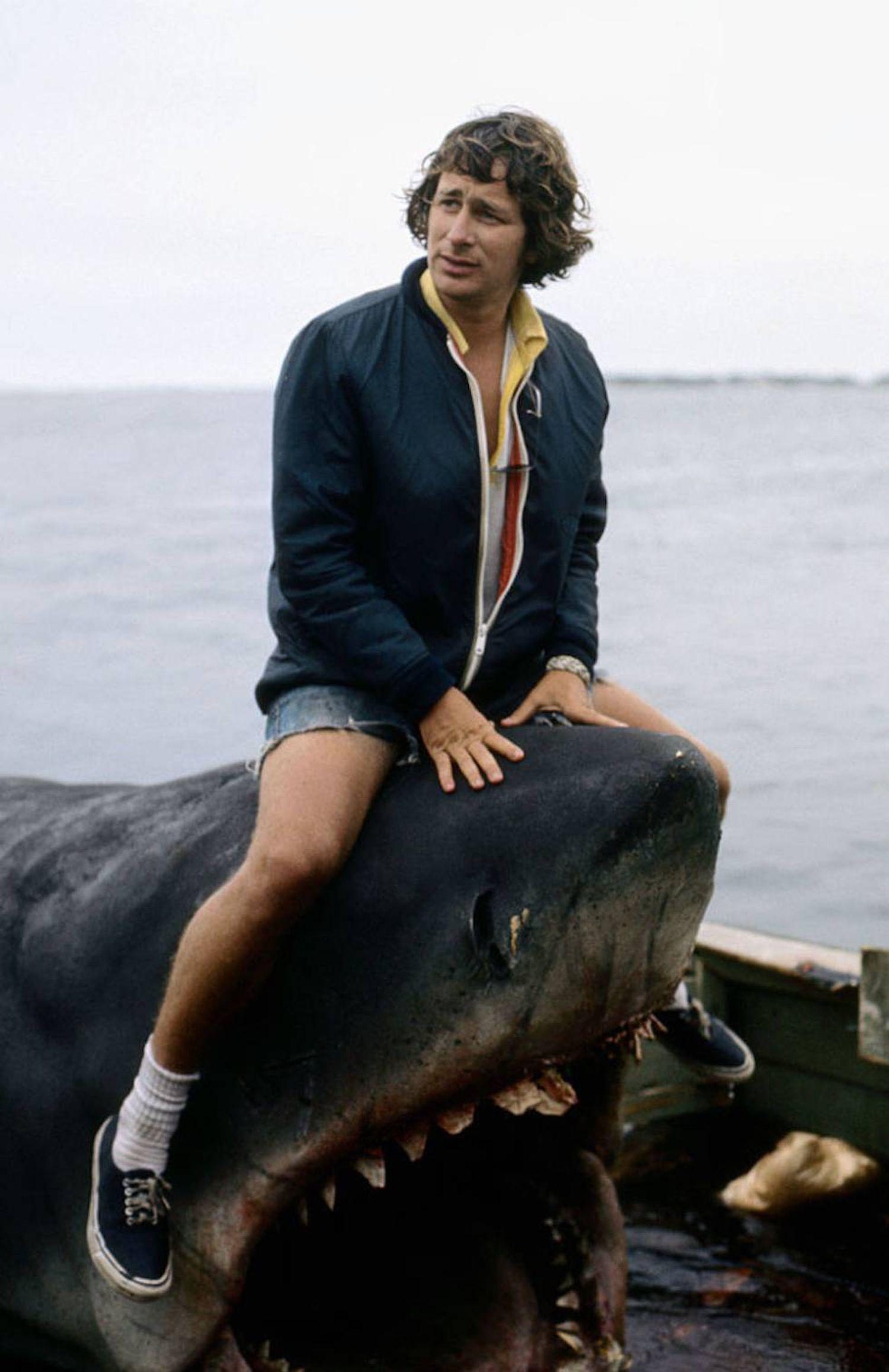 Esta foto de Steven Spielberg em cima de um tubarão não seria do agrado de nenhum defensor dos animais, não fosse por ser um tubarão cênico.