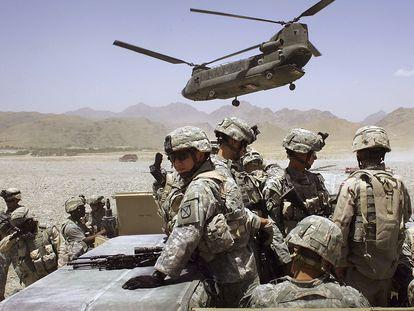 Militares dos EUA mobilizados perto da aldeia Deh Afghan, em 2006.