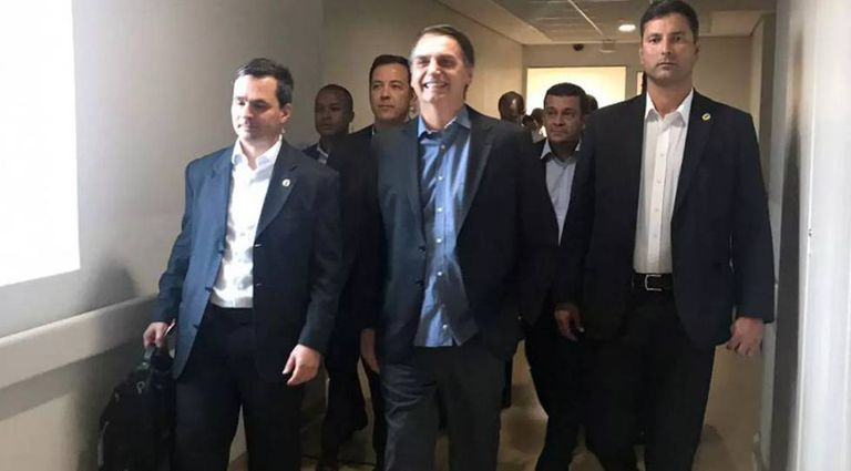 O presidente Bolsonaro, ao deixar o hospital.