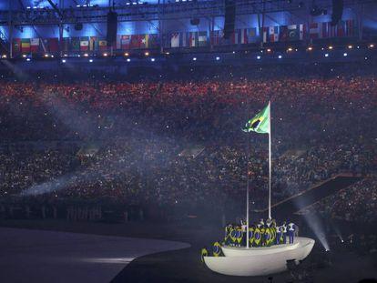 A bandeira içada no Maracanã