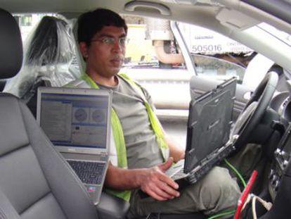 Um dos pesquisadores a bordo de um Volkswagen Jetta.