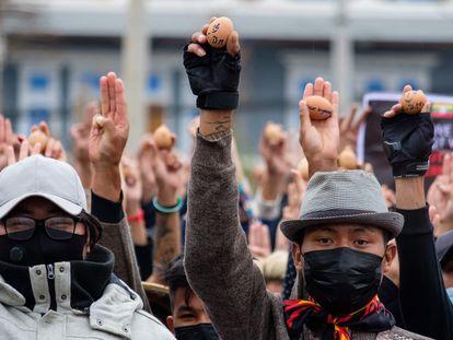 Manifestantes contra o golpe de Estado em Mianmar mostram ovos de Páscoa com mensagens de protesto neste domingo na cidade de Taunggyi.