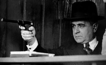 """Cena do filme """"35 - O Assalto ao Poder"""", de Eduardo Escorel, em que o então presidente Getúlio Vargas empunha uma pistola."""