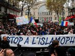 Manifestantes marchan contra la islamofobia este domingo en París.