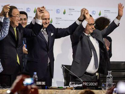 Hollande, Fabius e Ban Ki-Moon comemoram o acordo em 12 de dezembro de 2015 depois da assinatura do Acordo de Paris.