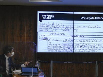 Painel exibe prontuário médico da mãe do empresário Luciano Hang durante a CPI da Pandemia, no dia 22 de setembro.