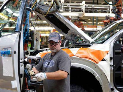 Operário trabalha em uma unidade de montagem da Ford em Deadborn, Michigan. Em vídeo, Trump se orgulha da criação de emprego em um discurso em 20 de setembro.