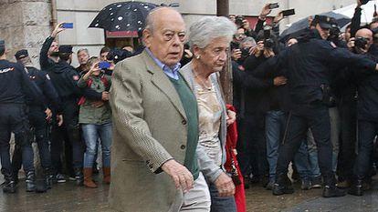 Jordi Pujol e sua esposa deixam a sua casa.