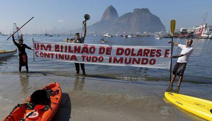 Moscatelli, com um megafone, protesta diante da Baía de Guanabara.