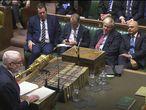 Boris Johnson escucha la intervención de Jeremy Corbyn, este martes en el Parlamento británico.