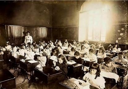 Meninas têm aula de costura na Escola Caetano de Campos, em São Paulo.