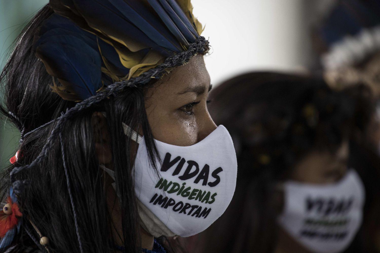 Uma indígena chora no funeral do cacique Messías Kokama, de 53 años, vítima de covid-19, no Parque das Tribos, em Manaus, no dia 14 de maio.
