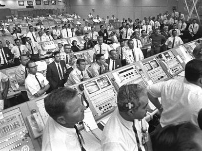 JoAnn Morgan, no centro da terceira fila, na sala de Cabo Canaveral, na Flórida, encarregada de controlar os críticos momentos iniciais da decolagem da 'Apollo 11'.