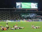 Jogadoras do Corinthians comemoram título brasileiro em 2020. Ao fundo, faixa de apoio ao futebol feminino