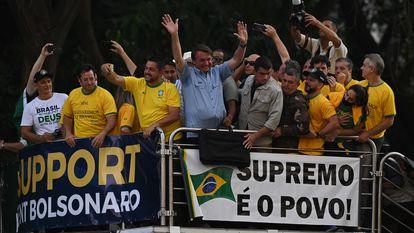 Bolsonaro em cima de carro de som mas manifestações em São Paulo