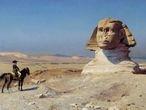 Napoleón Bonaparte, a solas sobre su caballo, observa la Esfinge de El Cairo mientras las tropas francesas, al fondo, se preparan para la batalla.