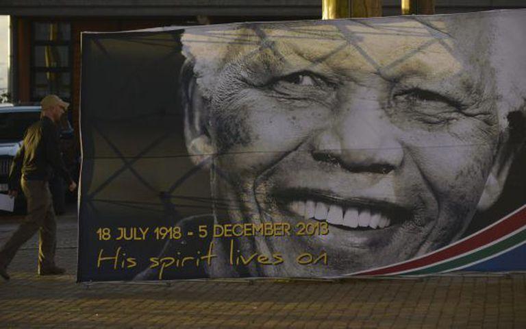 Um cartaz do falecido Mandela em Qunu, onde ser?rado.