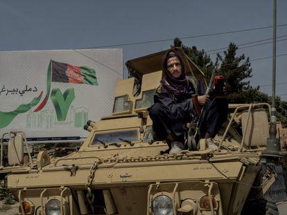 Miliciano do Talibã monta guarda sobre um tanque capturado das tropas afegãs em uma das bases abandonadas pelo Exército.