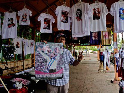 Homem mostra foto de Daniel Ortega numa barraca com propaganda da Frente Sandinista, no último dia 7, em Manágua.