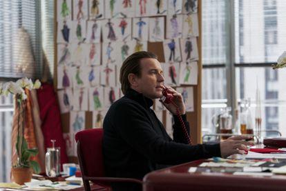 Ewan McGregor interpreta Halston em cena da minissérie da Netflix.